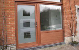 Porte et fenêtre assorties en bois acajou