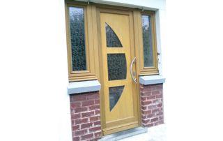 porte et fenêtres en bois clair