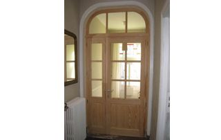 porte en bois dans le hall d'entrée