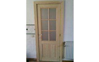 porte d'entrée en bois avec fenêtres