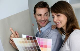 Couple qui choisit des couleurs de peinture
