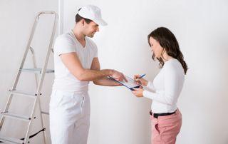 Professionnel du bâtiment qui conseille une cliente