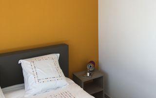 peinture murale jaune dans chambre à coucher
