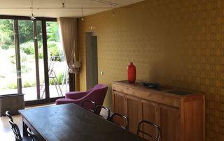 papier peint jaune foncé salon