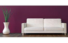 canapé 2 places blanc devant mur violet