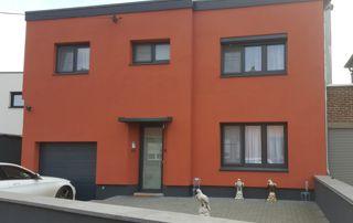 façade rouge avec châssis en PVC anthracite
