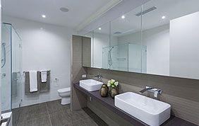 salle de bain avec double évier