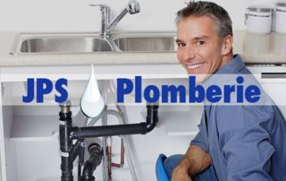 Plombier qui répare une canalisation sous évier