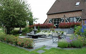 Villa et entrée fleurie