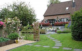 joli jardin privé avec charmille et allée en pierre