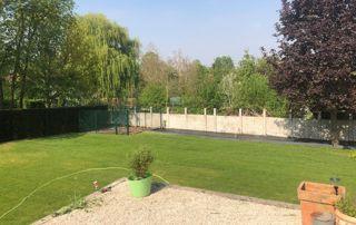 grand jardin avec clôture