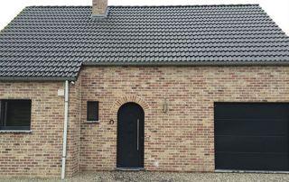 Façade maison porte de garage porte entrée brunes
