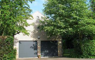 Portes garage grises façade arbres