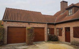 Façade habitation brique porte extérieure portes garage brunes