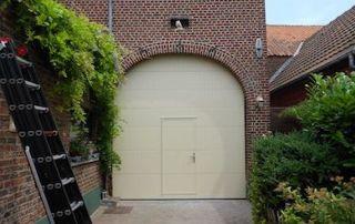 Porte de garage avec porte d'entrée intégrée