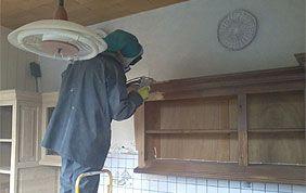 traitement surface en bois sur meuble suspendu