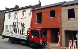 entreprise Pro-Fenêtres devant chantier en Hainaut