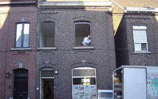 entreprise Pro-Fenêtres devant chantier à Charleroi
