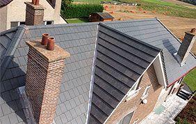 maison avec toiture inclinée ardoise