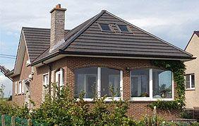 maison avec toit en pointe et cheminée