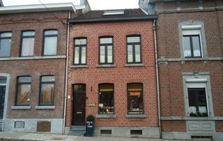 rue avec maison deux façades