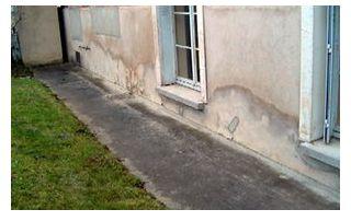 façade de maison atteinte d'humidité ascensionnelle