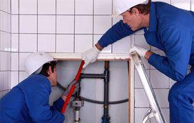 plombiers au travail