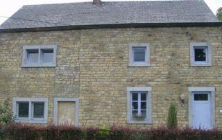 maison avec murs en pierre