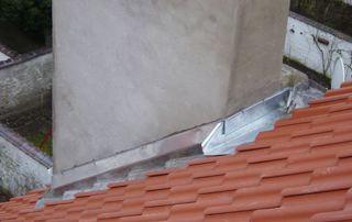 cheminée sur toiture en tuiles