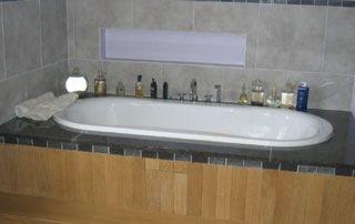 baignoire avec recouvrement en bois