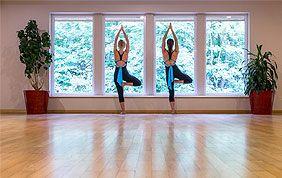 personnes en tenue de sport postures de yoga