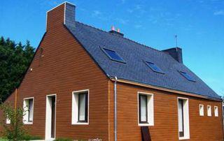 maison avec toit incliné en ardoise
