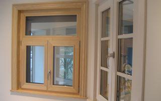 intérieur showroom avec châssis bois et pvc