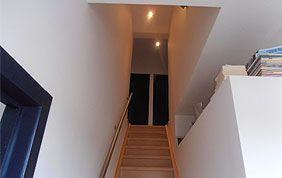 cage d'escalier peinte en blanc