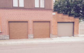 Trois petits garage en bois