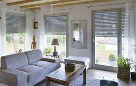 salon avec porte fenêtre blanche en pvc