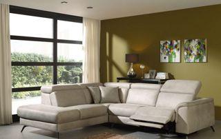 Canapé avec relax pliable en cuir gris dans un salon design