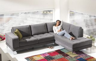 Canapé d'angle en tissus gris et table basse