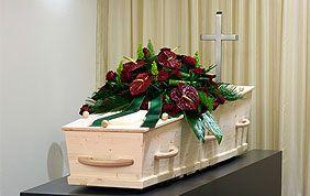 cercueil et fleurs