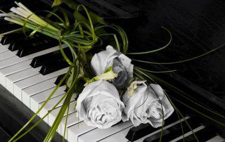 fleurs sur piano cérémonie de funérailles