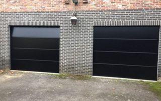 double porte de garage noire sur briques grises
