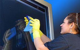 nettoyage de vitre par femme de ménage