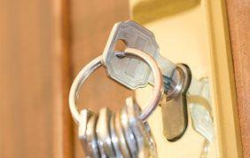 trousseau de clés oublié sur serrure