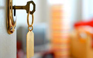 porte ouverte avec clé sur la serrure