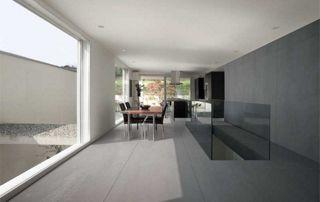 Lavabo et miroir dans une salle de bain avec carrelage effet marbre