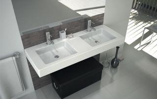 Salle de bain avec lavabos double vasque et miroir design