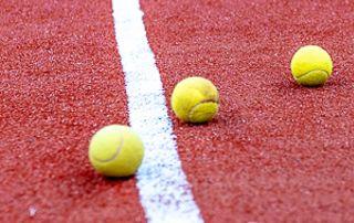 Terrain terre battue balles tennis