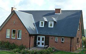 Maison avec couverture en tuile bleue