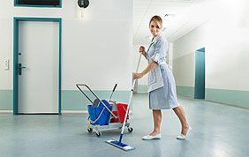 Femme de ménage nettoyant les communs d'une copropriété