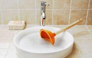ventouse dans un lavabo bouché